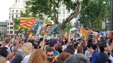 El Valencia C.F. presenta la Copa a la patrona, autoridades locales y a la afición en el Ayuntamiento (11)