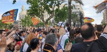 El Valencia C.F. presenta la Copa a la patrona, autoridades locales y a la afición en el Ayuntamiento (12)