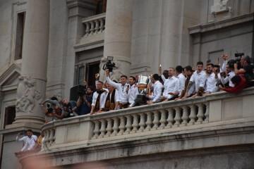El Valencia C.F. presenta la Copa a la patrona, autoridades locales y a la afición en el Ayuntamiento (2)