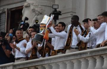 El Valencia C.F. presenta la Copa a la patrona, autoridades locales y a la afición en el Ayuntamiento (20)