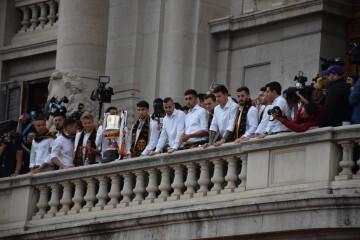 El Valencia C.F. presenta la Copa a la patrona, autoridades locales y a la afición en el Ayuntamiento (21)