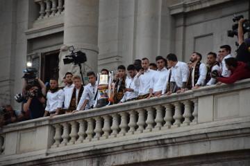 El Valencia C.F. presenta la Copa a la patrona, autoridades locales y a la afición en el Ayuntamiento (26)
