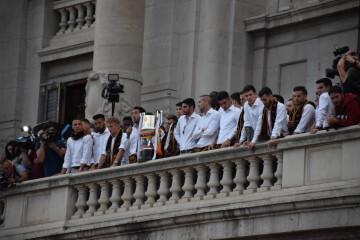 El Valencia C.F. presenta la Copa a la patrona, autoridades locales y a la afición en el Ayuntamiento (30)