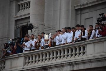 El Valencia C.F. presenta la Copa a la patrona, autoridades locales y a la afición en el Ayuntamiento (31)