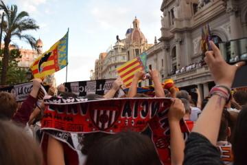 El Valencia C.F. presenta la Copa a la patrona, autoridades locales y a la afición en el Ayuntamiento (32)