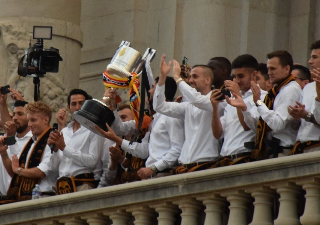 El Valencia C.F. presenta la Copa a la patrona, autoridades locales y a la afición en el Ayuntamiento (34)