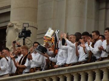 El Valencia C.F. presenta la Copa a la patrona, autoridades locales y a la afición en el Ayuntamiento (35)