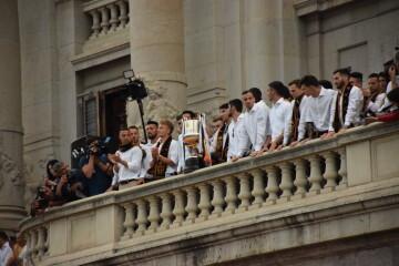 El Valencia C.F. presenta la Copa a la patrona, autoridades locales y a la afición en el Ayuntamiento (37)