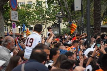 El Valencia C.F. presenta la Copa a la patrona, autoridades locales y a la afición en el Ayuntamiento (39)