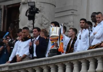 El Valencia C.F. presenta la Copa a la patrona, autoridades locales y a la afición en el Ayuntamiento (4)
