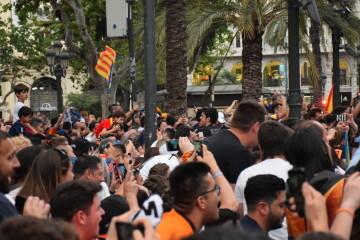El Valencia C.F. presenta la Copa a la patrona, autoridades locales y a la afición en el Ayuntamiento (42)