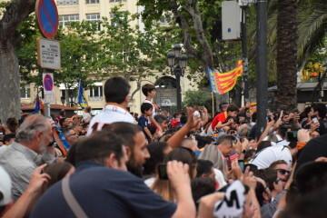 El Valencia C.F. presenta la Copa a la patrona, autoridades locales y a la afición en el Ayuntamiento (43)