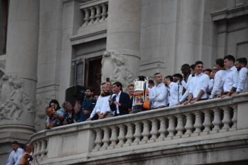 El Valencia C.F. presenta la Copa a la patrona, autoridades locales y a la afición en el Ayuntamiento (5)