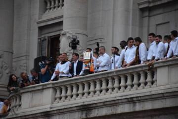 El Valencia C.F. presenta la Copa a la patrona, autoridades locales y a la afición en el Ayuntamiento (6)