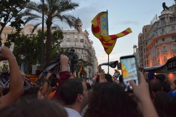 El Valencia C.F. presenta la Copa a la patrona, autoridades locales y a la afición en el Ayuntamiento (7)