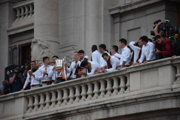 El Valencia C.F. presenta la Copa a la patrona, autoridades locales y a la afición en el Ayuntamiento (8)