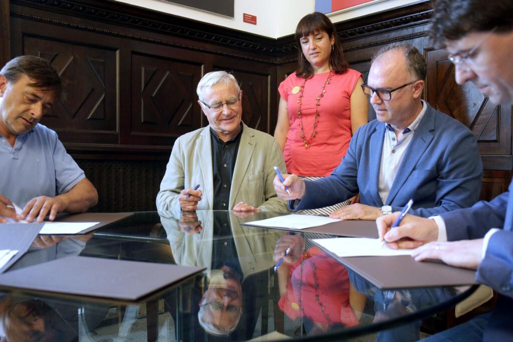 VALENCIA 2019-06-26 L'alcalde de València, Joan Ribó, acompanyat de la regidora Isabel Lozano, signa un conveni de col·laboració per a l'equipament de vivendes municipals per a dones víctimes de violència de gènere amb COINFER, Societat Cooperativa, Comercialitzadora d'Electrodomèstics S.A (MILAR-COMELSA), Associació per a la distribució i comerç del moble i l'hàbitat de la Comunitat Valenciana (COMERÇ MOBLE) i el Gremi de Comerciants Tèxtils, Moda i Complements de la Comunitat Valenciana (GRECOTEX).