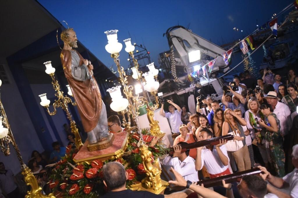 Processó marítima en honor a Sant Pere, que ha eixit de l'església de Sant Pere del Grau de Castelló per a arribar a la dàrsena pesquera (3)