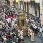 Miles de personas participan en la procesión del Corpus Christi en València bajo diluvios de pétalos