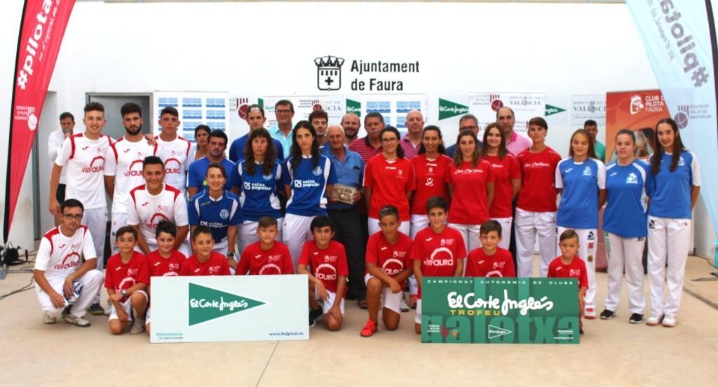 Els protagonistes de les finals del cap de setmana amb els alumnes de l'escola de pilota de Faura