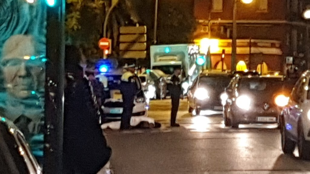 Un conductor atropella a un ciclista en la Avenida Constitución de Valencia 20191025_074132 (11)