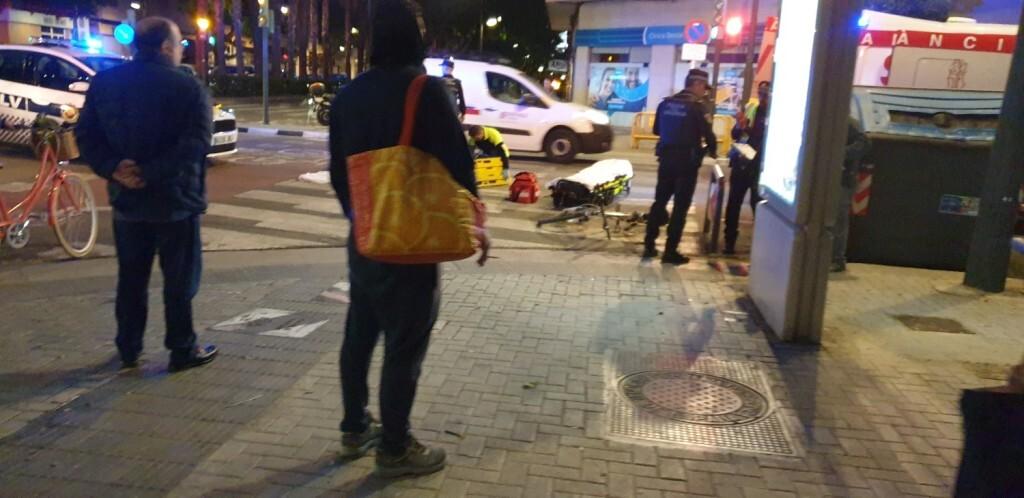 Un conductor atropella a un ciclista en la Avenida Constitución de Valencia 20191025_074132 (14)