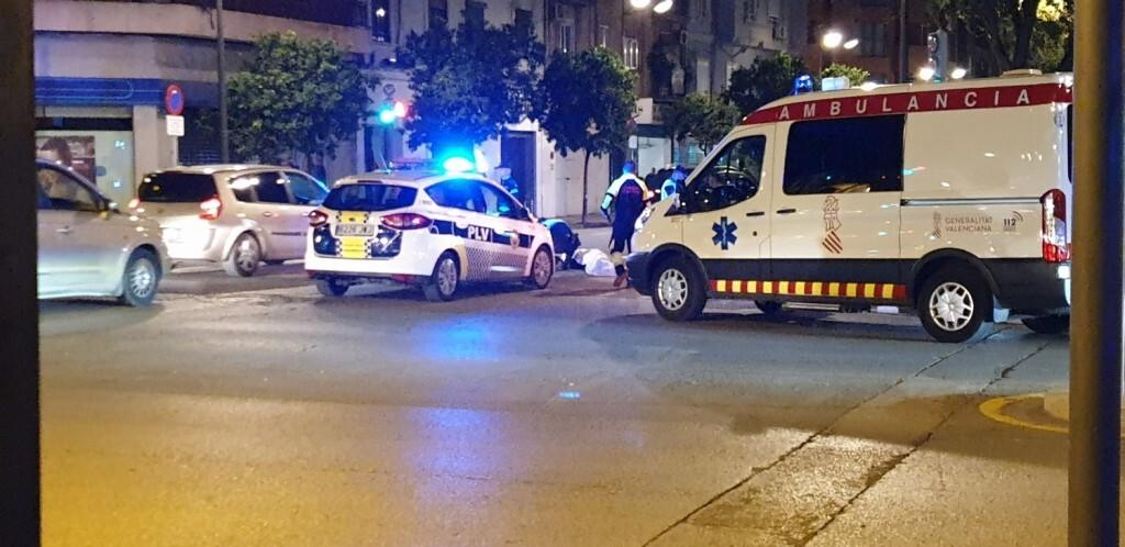 Un conductor atropella a un ciclista en la Avenida Constitución de Valencia 20191025_074132 (5)