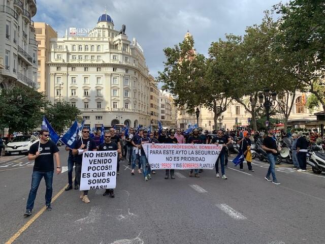 Manifestación de bomberos del ayuntamiento de Valencia por las pésimas condiciones en las que se encuentra el servicio. 2