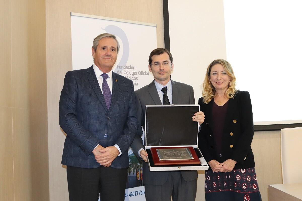 El secretario y presidenta de la Fundación del Colegio de Médicos entregan del Premio Mejor Tesis Doctoral