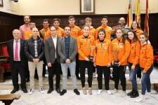 El Ayuntamiento de Sagunto recibe a la expedición de deportistas de clubes de balonmano del municipio por participar en el Campeonato de España de selecciones autonómicas