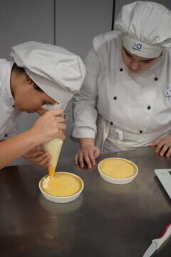 Las alumnas de segundo del Ciclo Medio de Pastelería de Altaviana presentan sus proyectos finales (2)