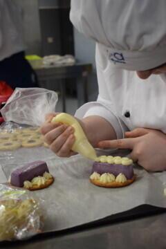 Las alumnas de segundo del Ciclo Medio de Pastelería de Altaviana presentan sus proyectos finales (8)