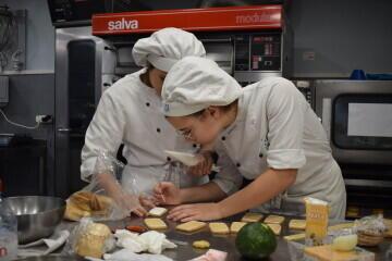 Las alumnas de segundo del Ciclo Medio de Pastelería de Altaviana presentan sus proyectos finales (9)