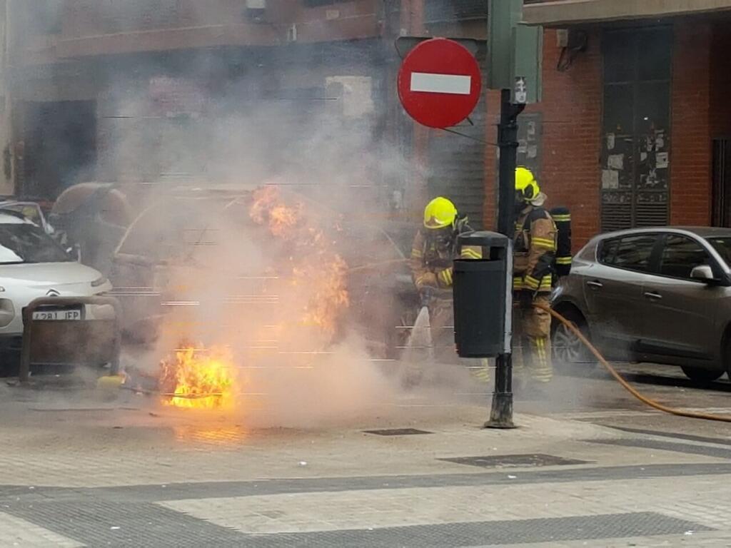 Los bomberos sofocan el incendio de un contenedor en la Avda Constitución de Valencia (1)