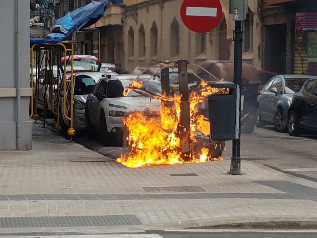 Los bomberos sofocan el incendio de un contenedor en la Avda Constitución de Valencia (10)