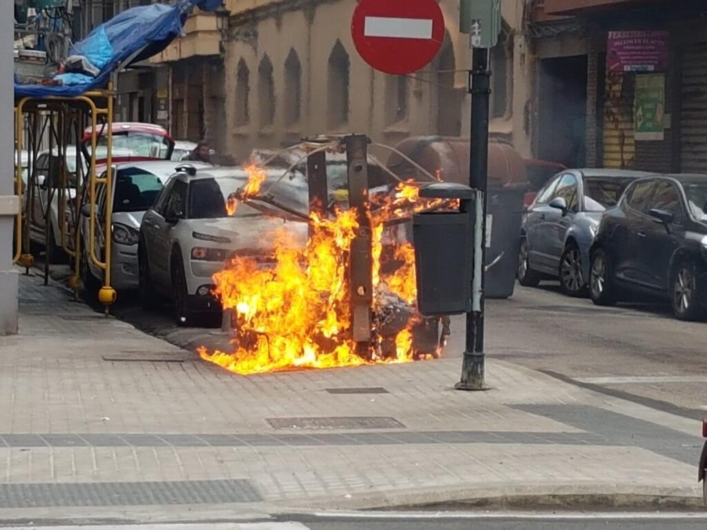 Los bomberos sofocan el incendio de un contenedor en la Avda Constitución de Valencia (11)