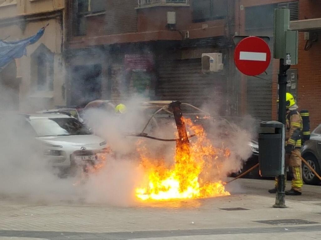 Los bomberos sofocan el incendio de un contenedor en la Avda Constitución de Valencia (2)
