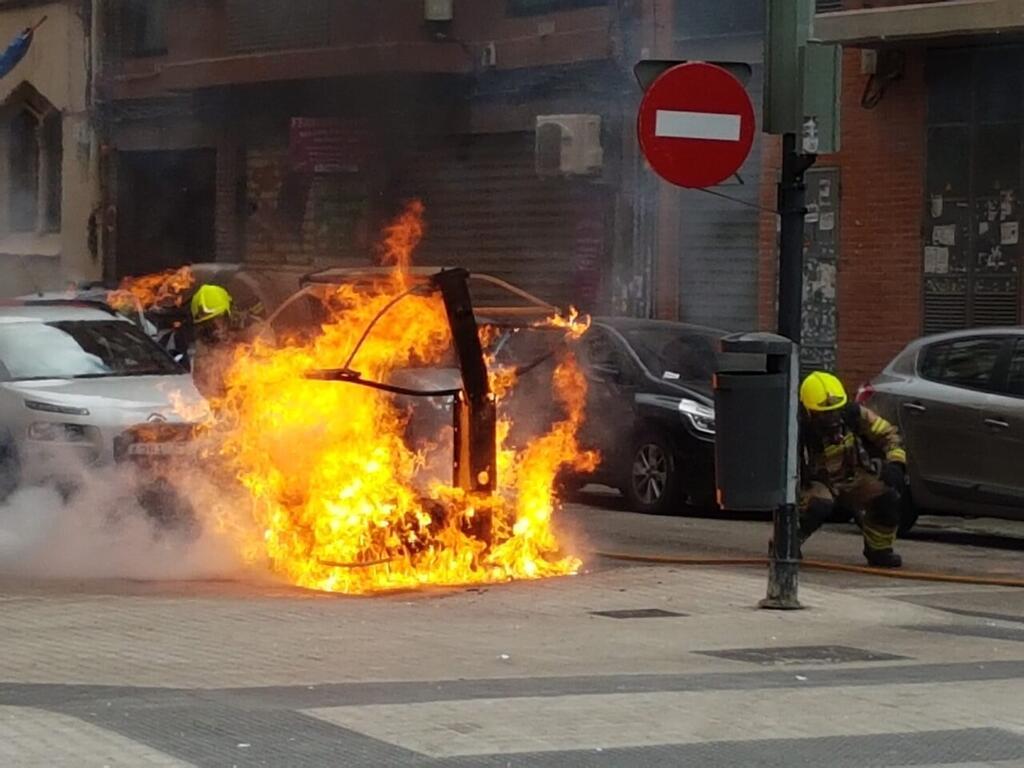 Los bomberos sofocan el incendio de un contenedor en la Avda Constitución de Valencia (3)