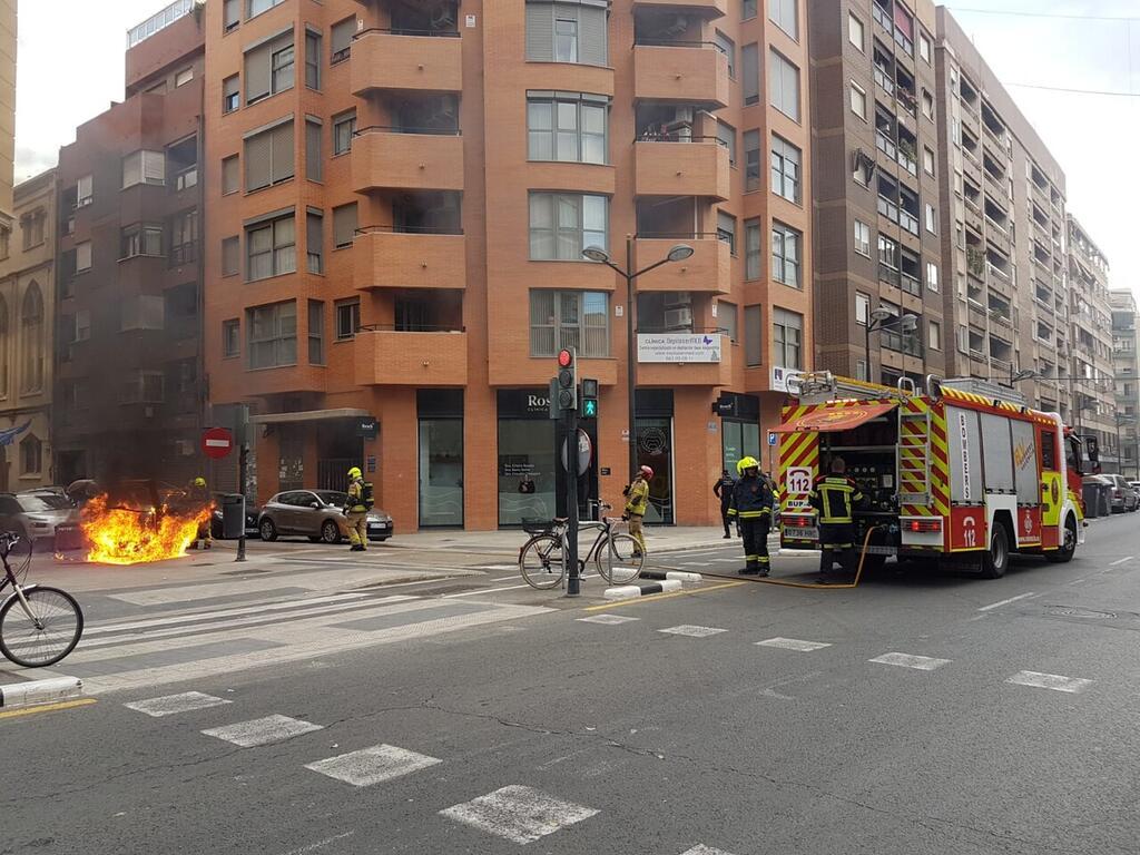 Los bomberos sofocan el incendio de un contenedor en la Avda Constitución de Valencia (4)