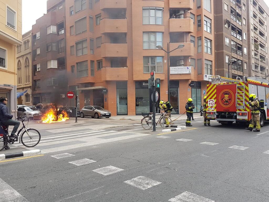 Los bomberos sofocan el incendio de un contenedor en la Avda Constitución de Valencia (5)