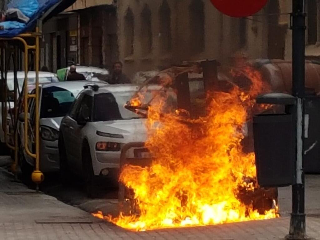 Los bomberos sofocan el incendio de un contenedor en la Avda Constitución de Valencia (6)