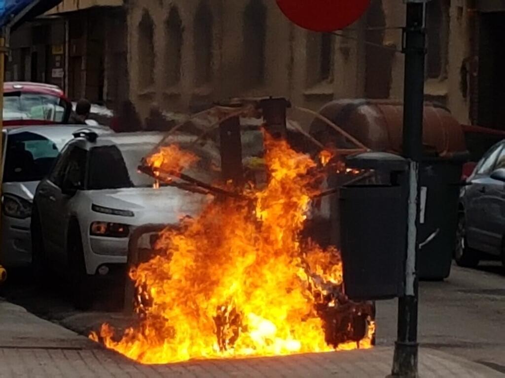 Los bomberos sofocan el incendio de un contenedor en la Avda Constitución de Valencia (7)