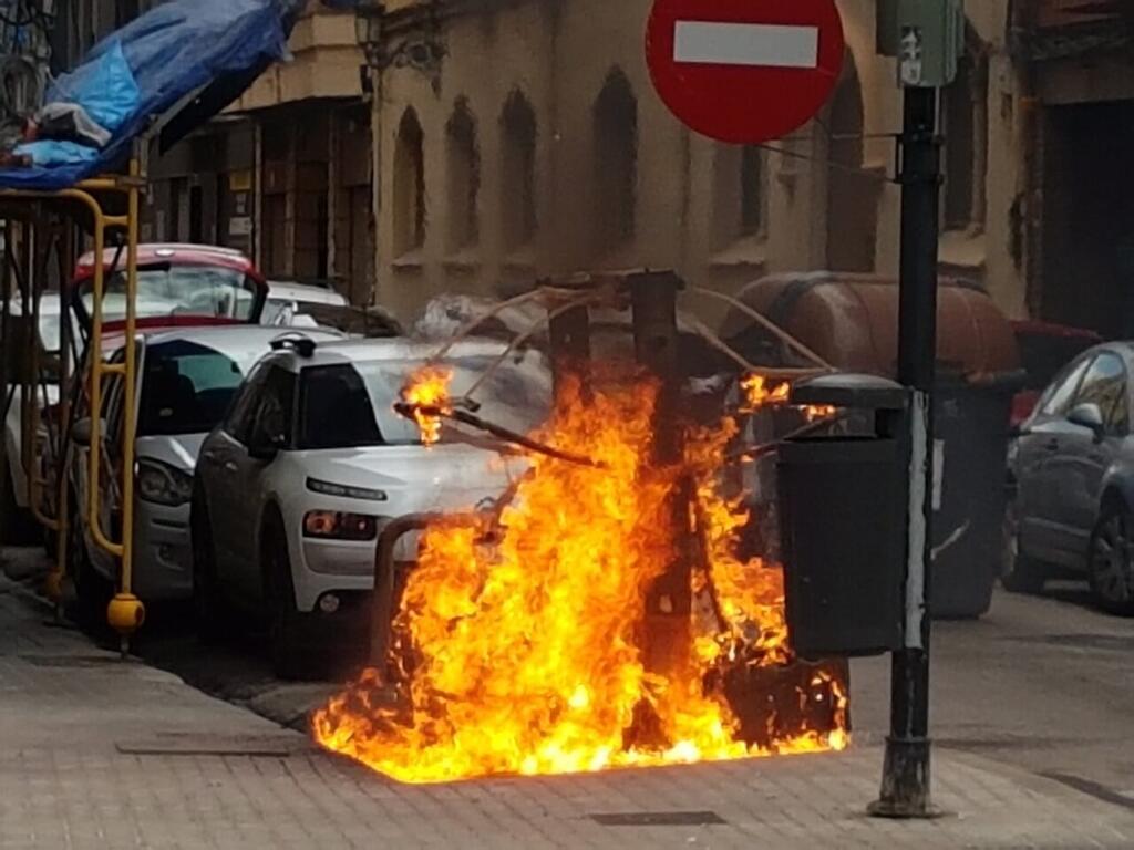 Los bomberos sofocan el incendio de un contenedor en la Avda Constitución de Valencia (8)