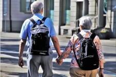200219_Ancianos con mochila