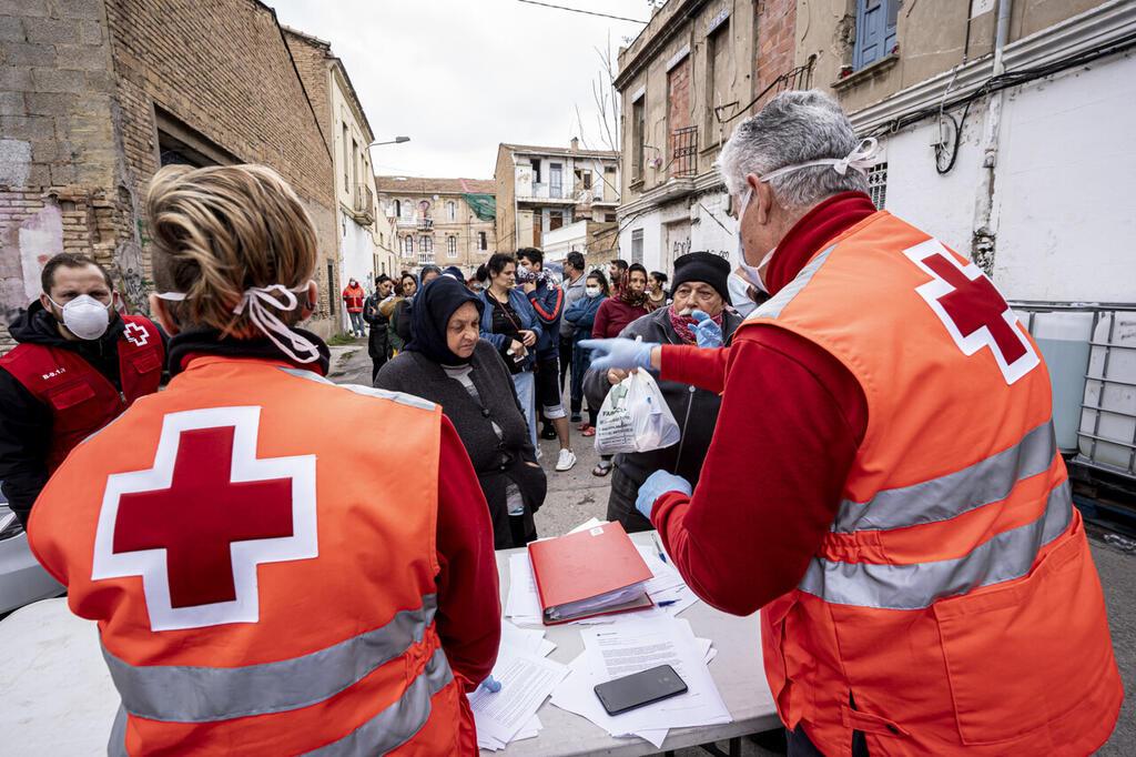 mikel ponce.....valencia.....24-3-20.....Voluntarios de la Cruz Roja reparten alimentos y articulos de higiene en un asentamiento rumano en Valencia medidas que se han intensificado a raíz del estado de alerta decretado por el gobierno central por el contagio del coronavirus.archdc