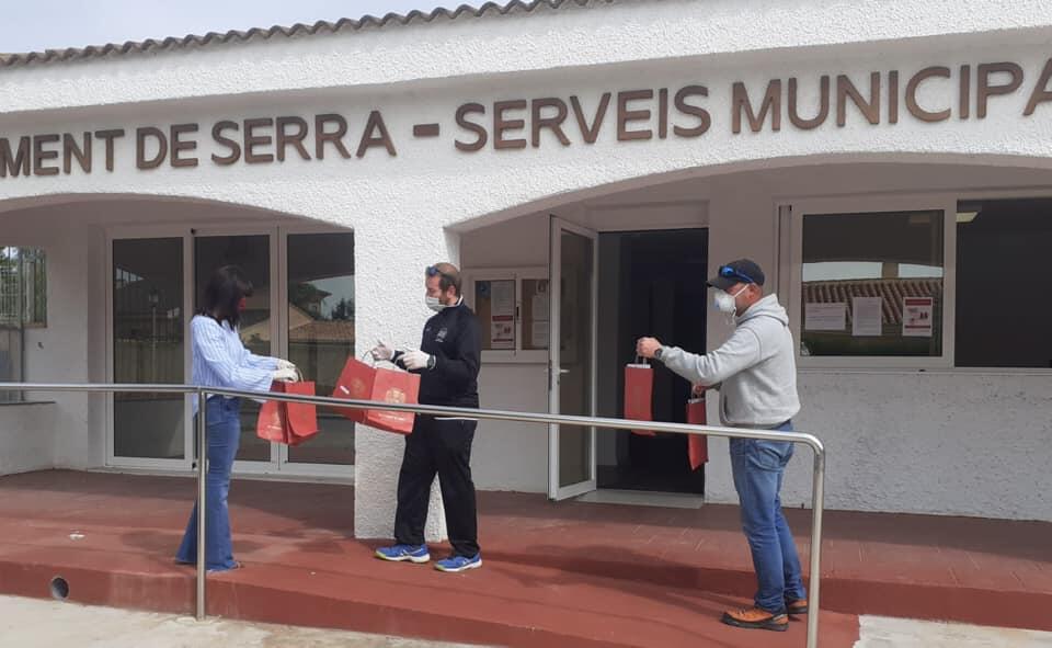"""La imagen puede contener: una o varias personas y personas de pie, texto que dice """"MENT DE SERRA SERVEIS MUNICIP"""""""
