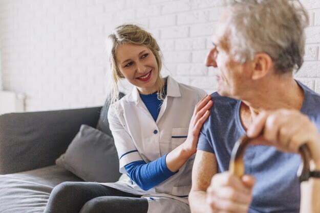 hombre-enfermera-sonriente-asilo-ancianos_23-2147788033